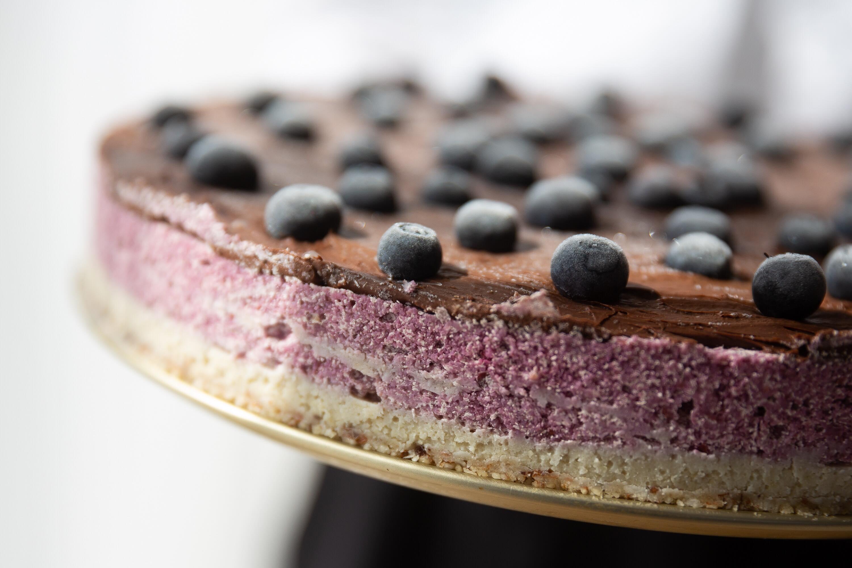 Veganiškas sūrio tortas su vyšniomis ir šokoladu