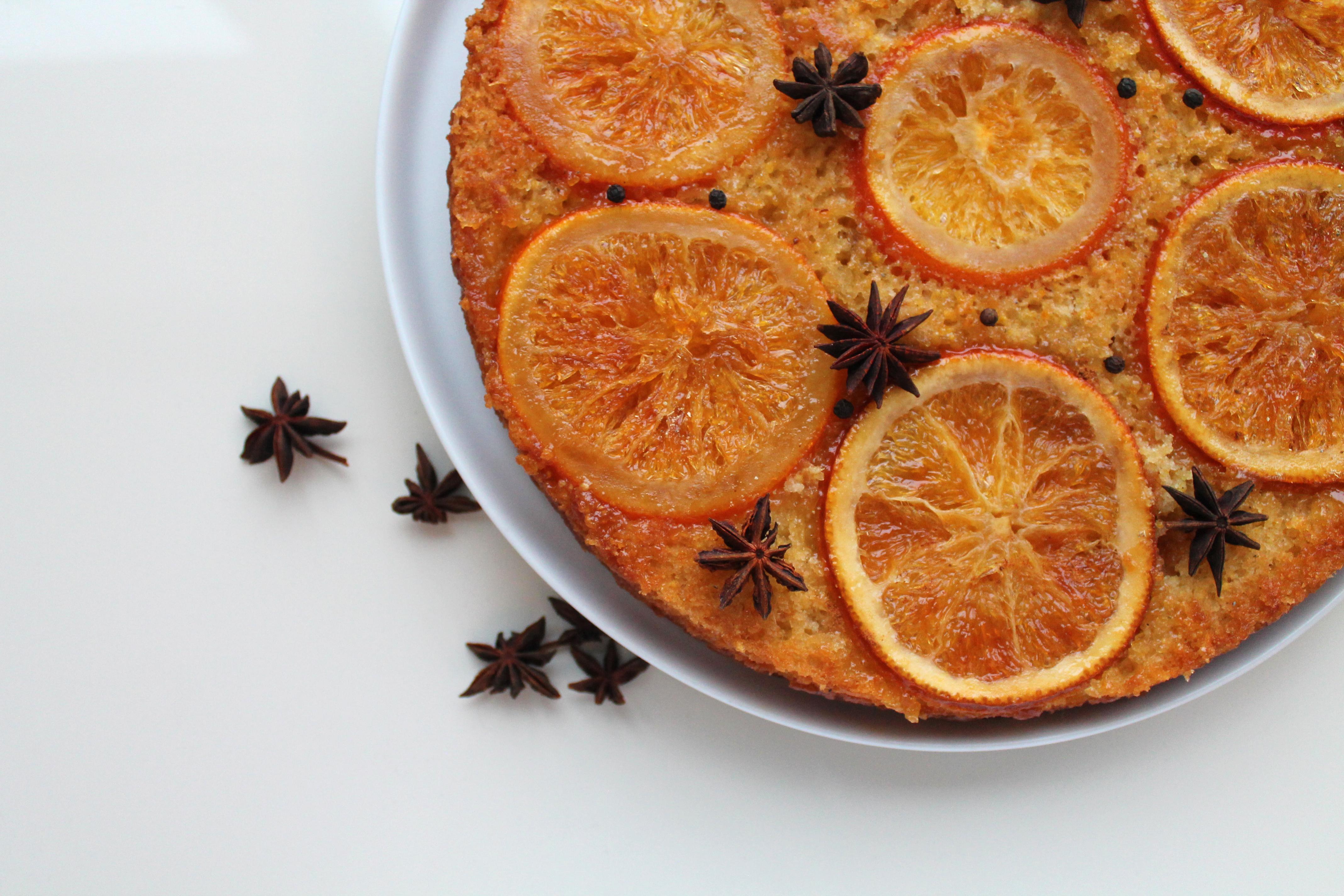 Apverstas apelsinų pyragas su sirupu