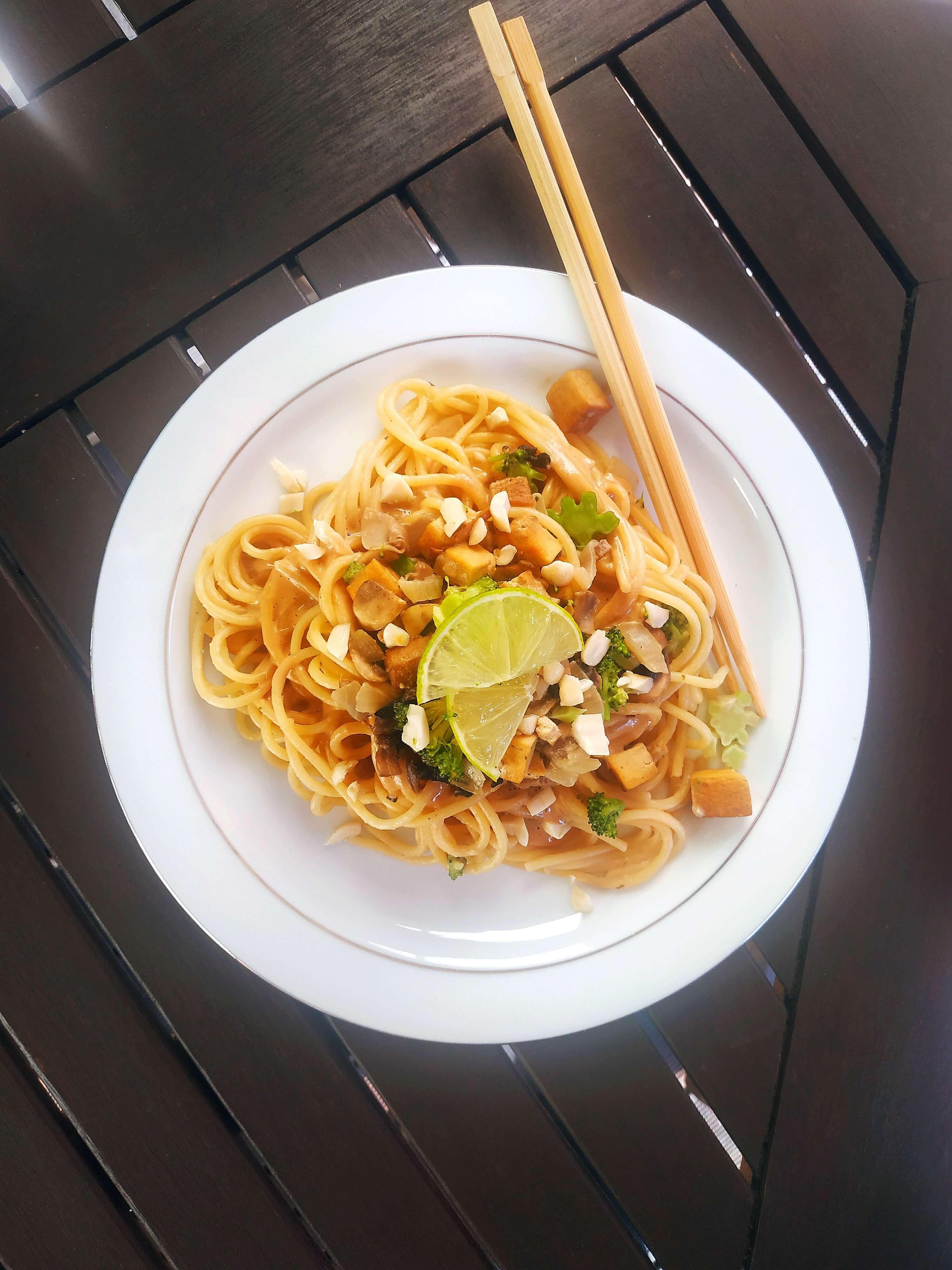 Azijietiško stiliaus makaronai su riešutų sviesto padažu